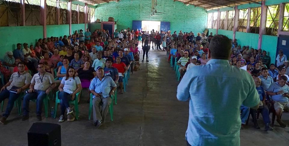 El presidente de la institución Óscar Enrique Guardado, hizo entrega de las escrituras respectivas a los miembros de la Cooperativa Los Lagartos