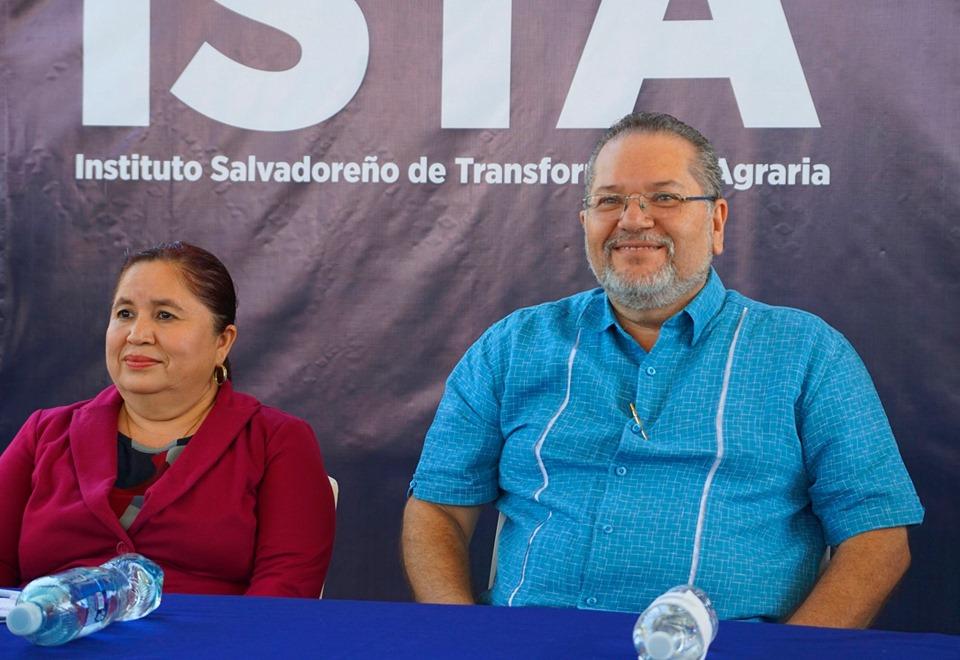 Los habitantes de las haciendas Las Mercedes y Miravalle respectivamente, firmaron las escrituras de sus propiedades
