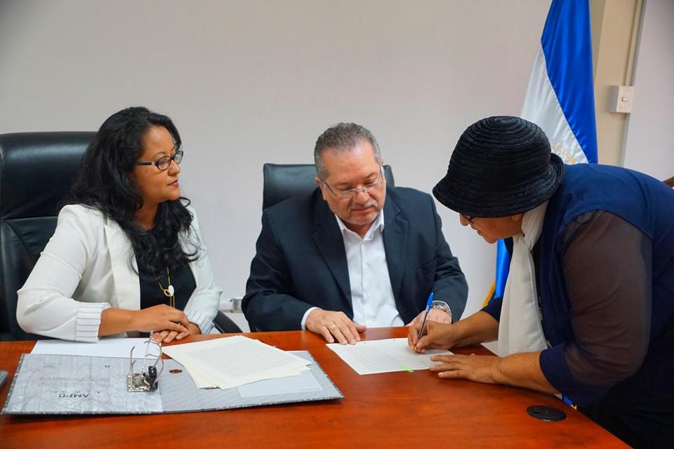 Se realizó la firma de escrituras para transferir los inmuebles respectivos a cuatro diferentes iglesias ubicadas en el departamento de La Paz, San Vicente y Usulután.