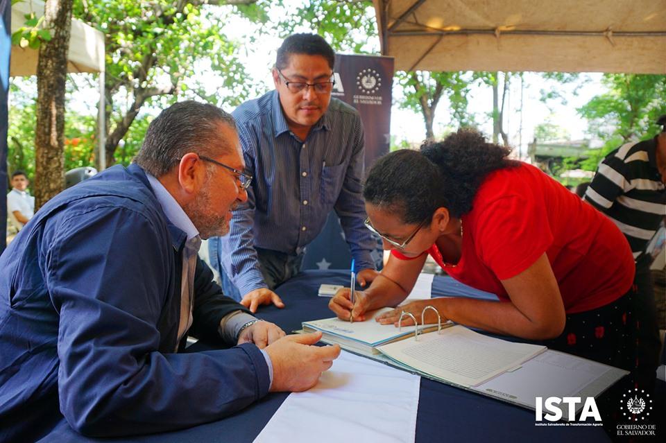 Visitamos Santa Cruz Porrillo y Puerto El Triunfo, para continuar las jornadas de firma y entrega de escrituras