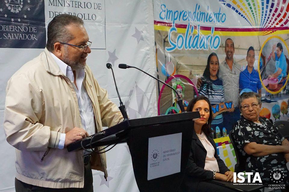 Presidente Óscar Guardado acompañó a la Ministra de Desarrollo Local, María Chichilco, en la firma de convenios con 13 alcaldías para la ejecución del Programa Emprendimiento Solidario.