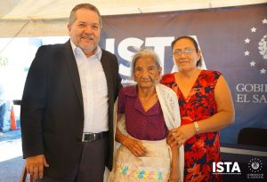 Doña Josefa Cubías de 99 años de edad, había esperado por más de 30 años recibir su escritura de propiedad