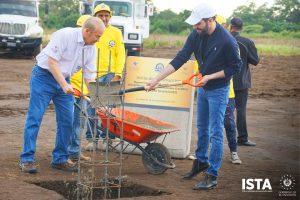 El Presidente Óscar Guardado asistió a la colocación de la primera piedra del Periférico Claudia Lars.