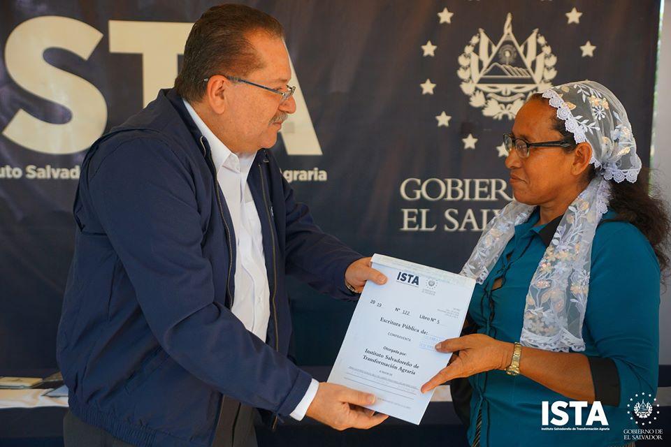 Entregamos escrituras en los los departamentos de La Paz, San Vicente y Cabañas