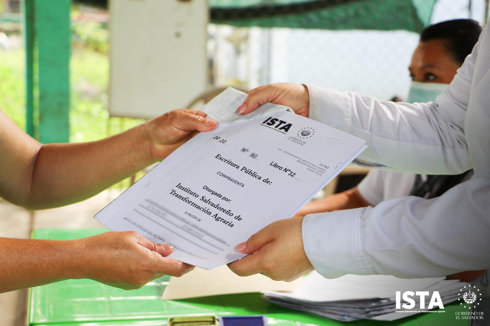 Entrega de escrituras a familias de la Cooperativa Santa Clara, en San Luis Talpa